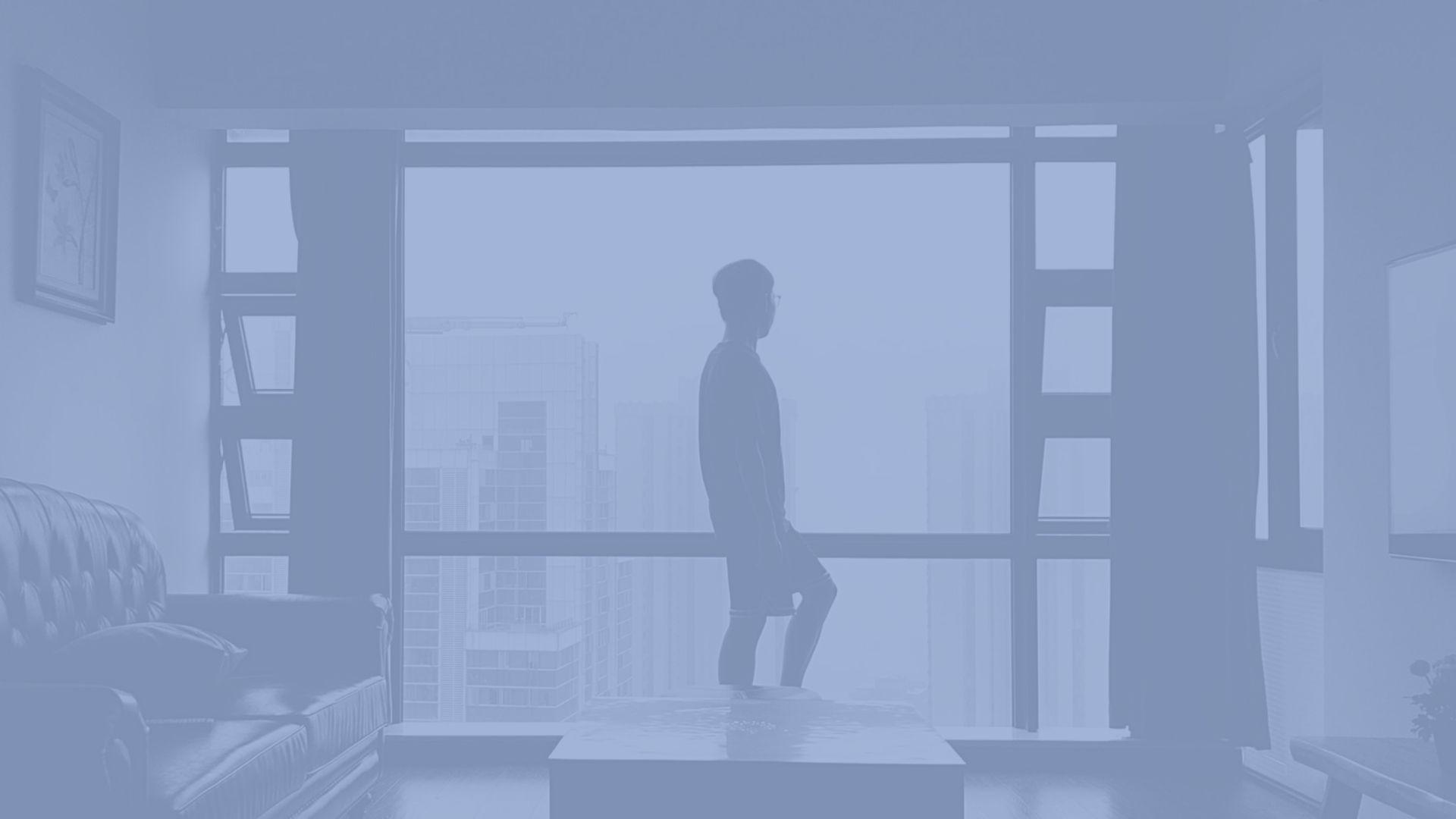 laki-laki memandang ke jendela